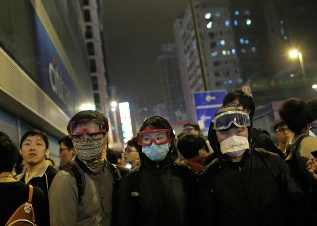 Protestos ocorreram no bairro de Mong Kok na madrugada deste sábado (Foto: Vincent Yu/AP)