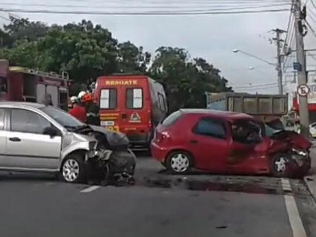 Acidente de trânsito fere um e causa congestionamento em São José, SP (Foto: Edilene Faria/ TV Vanguarda)