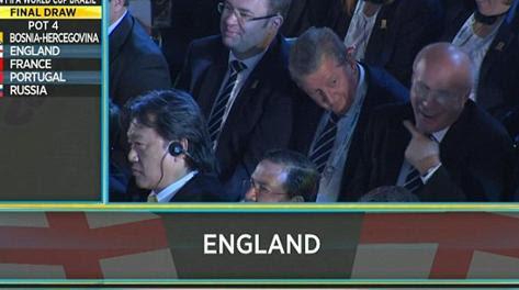Il gesto di Greg Dyke, presidente della Fa, dopo il sorteggio Mondiale