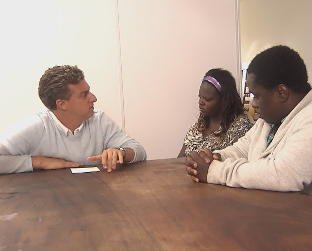 Luciano foi a Curitiba conversar com os angolanos (Foto: TV Globo)