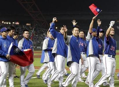 Taiwan players thank the crowd after their World Baseball Classic (WBC) qualifying first round game against South Korea in Taichung March 5, 2013. REUTERS-Pichi Chuang
