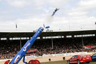 File:Stephanie smith human cannonball - melbourne show 2005.jpg