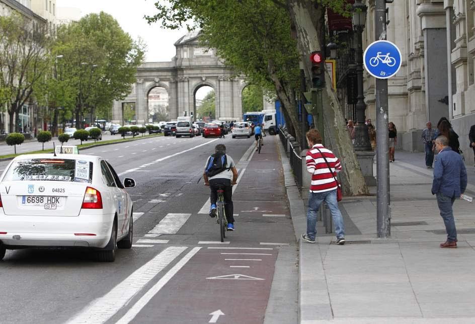 Carril-bici en Alcalá, con la señal de obligación