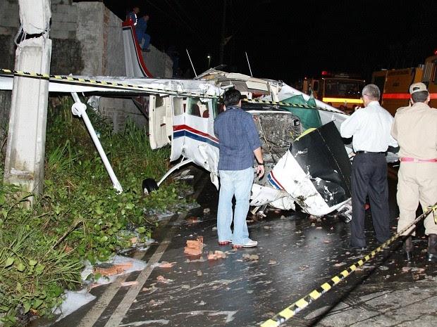 Aeronave ficou bastante danificada após queda (Foto: Frank Cunha/G1)