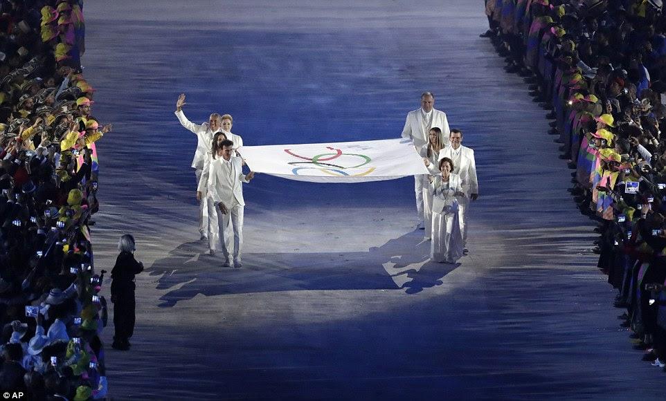 A bandeira olímpica foi levada para o estádio durante a cerimônia de abertura dos Jogos Olímpicos de 2016 no Rio de Janeiro