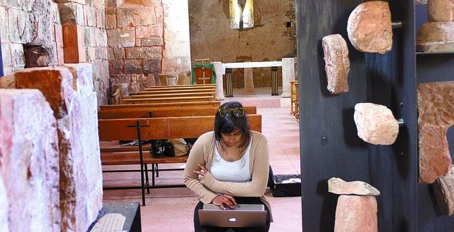 Una estudiante trabaja en la base de datos de las estelas romanas y medievales procedentes de la iglesia. J.J.M.