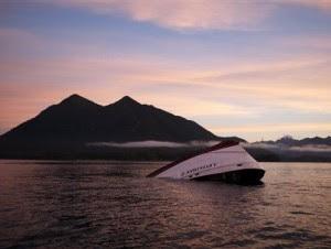 La proa del Leviathan II, un barco de avistamiento de ballenas que naufragó el domingo, se ve el 27 de octubre de 2015 cerca de la isla Vargas antes de ser arrastrado a Tofino, British Columbia, para inspeccionarlo.