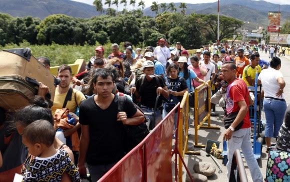 Venezolanos intentando cruzar por el Puente Internacional Simón Bolívar. Foto: Efe