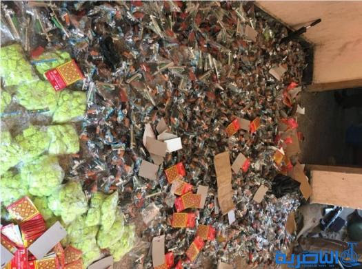 بالصور : مصادرة ثلاثة الاف قطعة من العاب العنف والمفرقعات في سوق الشيوخ