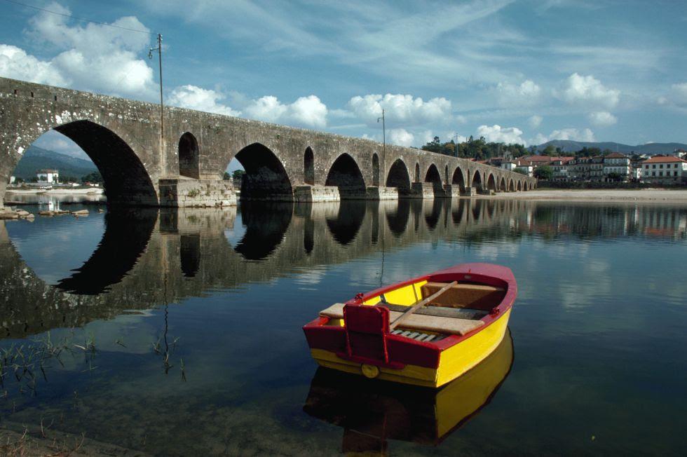 Situada na direção da Espanha, essa vila tem o nome do rio que atravessa os cinco olhos de sua ponte romana, que confere caráter a toda a localidade, com palácios, igrejas e um museu de arte sacra. A tranquilidade da vila é quebrada de quinze em quinze dias com sua popular festa na margem do rio.