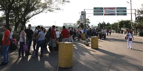Los venezolanos deben aguantar el fuerte calor que sacude a Norte de Santander mientras esperan que les den paso a su país.