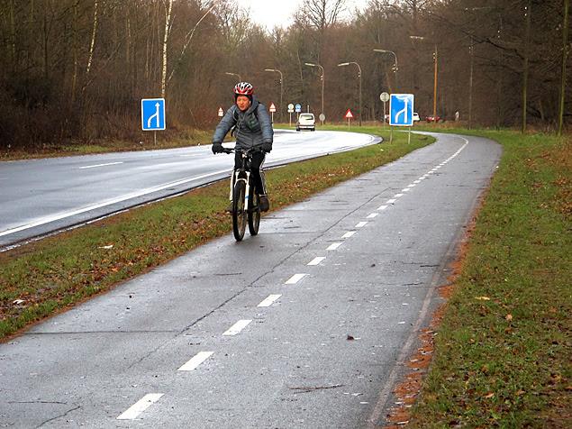 Ciclista na C95, um dos trechos já prontos da rede de estradas para bicicletas na Dinamarca; extensão será de 467 km