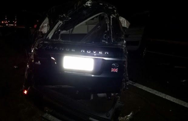 Bombeiros dizem que cantor e outras três pessoas estavam no carro; mulher morreu. (Foto: Divulgação/PRF)