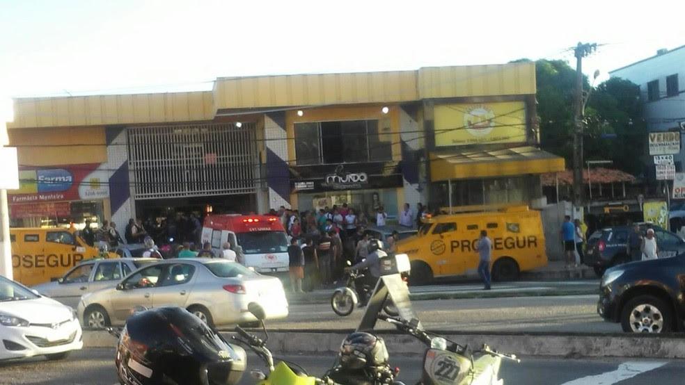 Ataque ao carro-forte aconteceu em frente a shopping localizado na avenida Abel Cabral, em Nova Parnamirim (Foto: Patrícia Figueiredo)