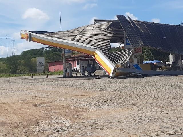 Cobertura de posto de combustível desaba na BR-101, trecho do Con. do Almeida