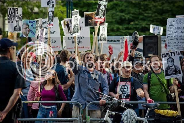http://i676.photobucket.com/albums/vv126/kennyrk2/bushclinton_protesters_01.jpg?t=1243789361