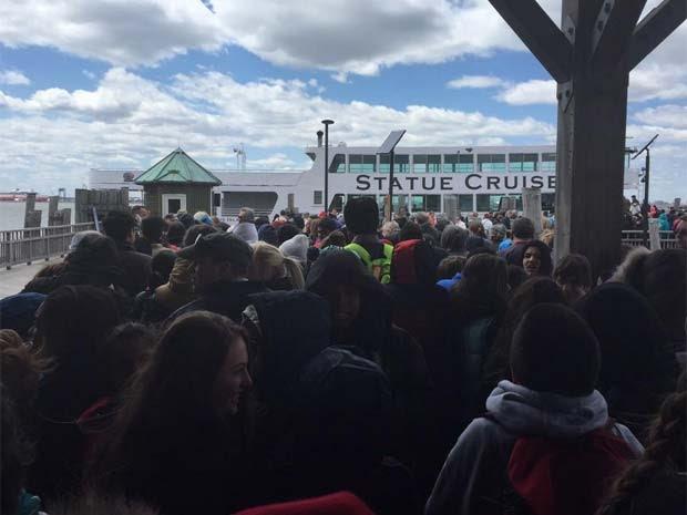 Turistas que estavam na ilha da Estátua da Liberdade, em Nova York, tiveram que sair por medidas de segurança (Foto: Reprodução/ Twitter/ Rick Borgmeyer)