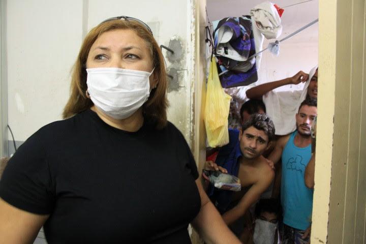 A diretora do Núcleo de Custódia, Tânia Pereira, assim como alguns presos e policiais, está usando máscara