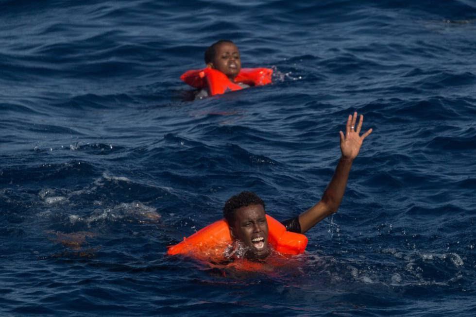 Un naufragio en aguas del Mediterráneo, a unos 50 kilómetros de las costas libias, en un bote que se escoró y provocó que unas 200 personas cayeran al agua.