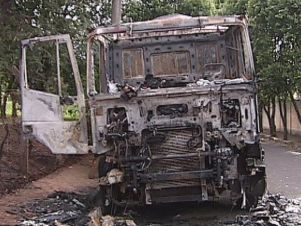 Cabine do caminhão foi totalmente incendiada em Promissão  (Foto: reprodução/ TV TEM)