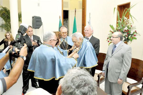 O presidente da Academia Norte-Riograndense de Letra, Diógnes da Cunha Lima, saúde  o novo membro da casa, Agnelo Alves