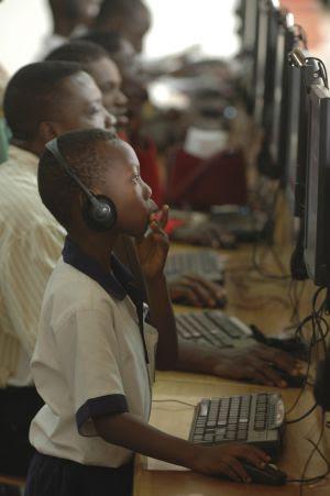 Trabajo frente al ordenador Accra, Ghana