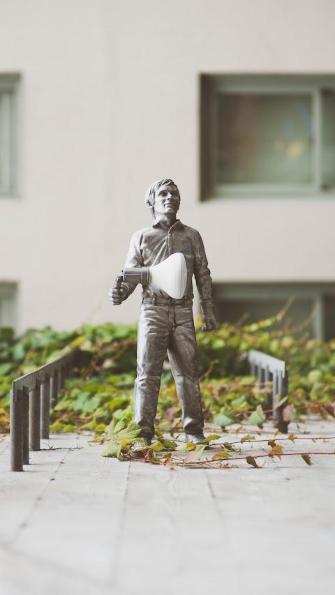 خلفية تمثال جل حامل ضوء في يده يدل على العمل الجماعي والروح والتعاون بدقة عالية hd