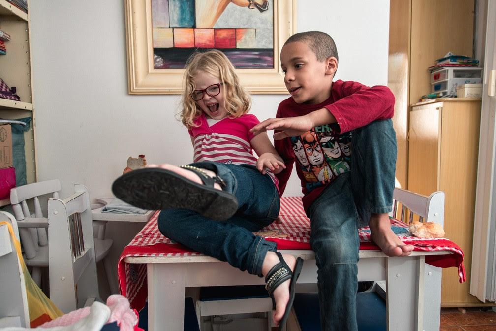 Irmãos Beatriz e Augusto brincam na casa em que vivem, em Osasco (Foto: Marcelo Brandt/G1)