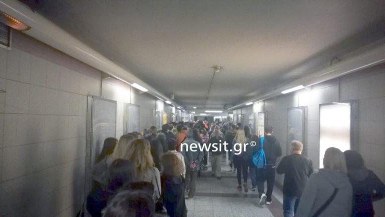 Ηλεκτρονικό εισιτήριο: Ξεροσταλιάζουν στις ουρές για μία κάρτα! Μέχρι και πέντε ώρες η αναμονή | Newsit.gr