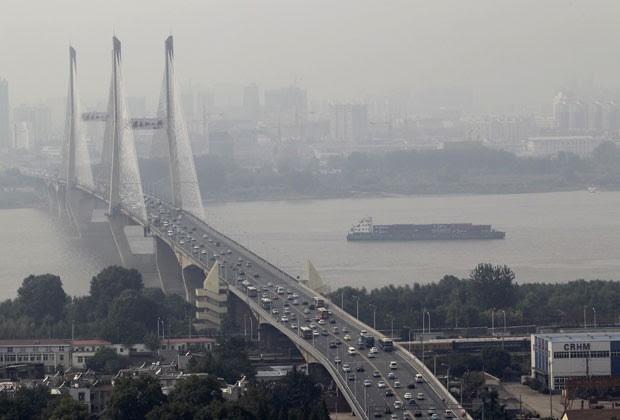 Veículos cruzam ponte sobre o rio Wuhan Yangtze em Wuhan, na China, em setembro de 2011 (Foto: Reuters)