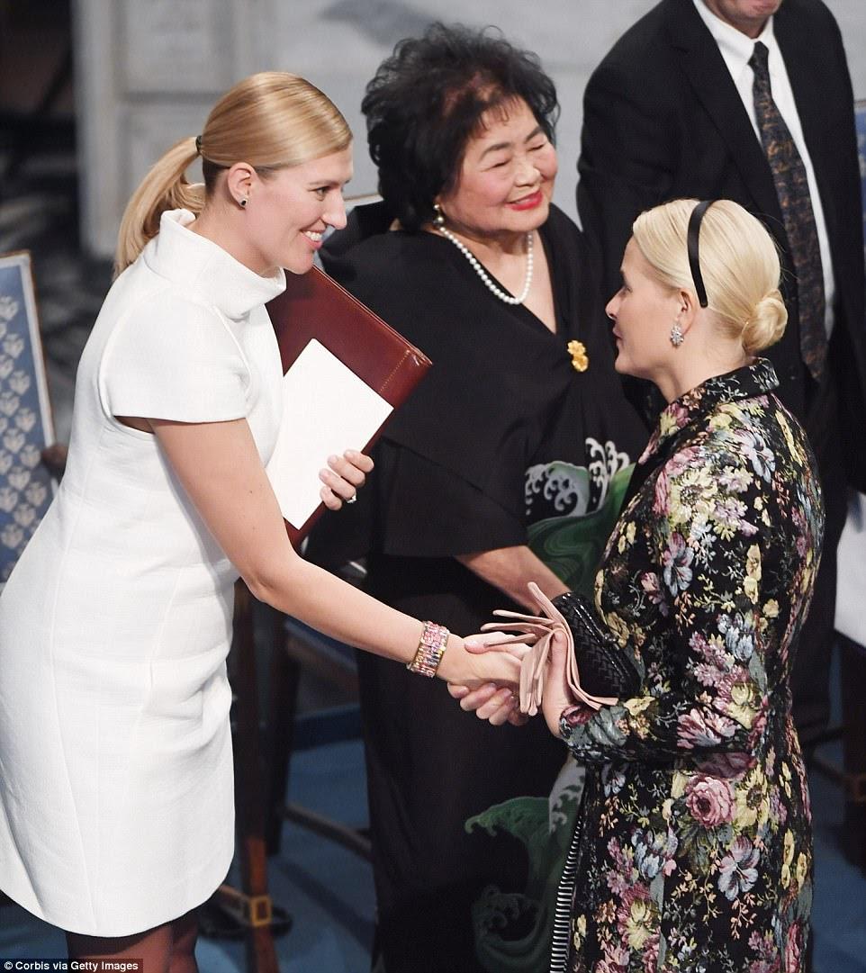 Em Oslo, o prêmio da paz deste ano foi para a Secretária Geral sueca Beatrice Fihne e Setsuko Thurlow em nome da organização de armas nucleares ICAN, em meio a aplausos arrebatadores da platéia