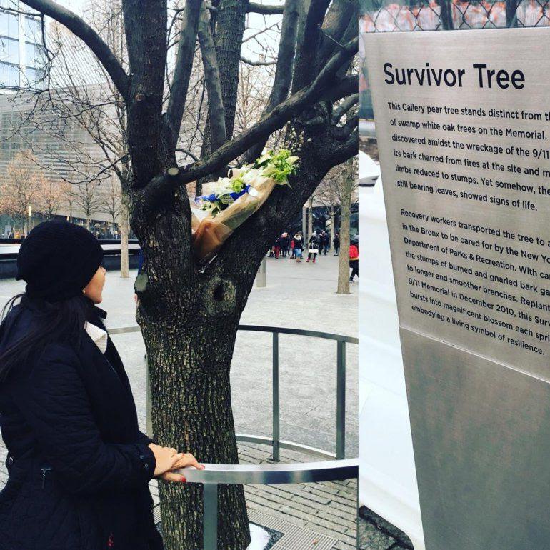 La periodista Sofía Lachapalle frente al árbol de los sobrevivientes del 9/11.