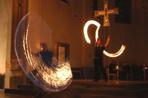 Esta no es la misa en latín sino una falsa misa de malabaristas de fuego