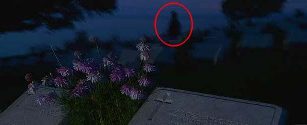Un fotógrafo experto capta una presencia espectral en un cementerio