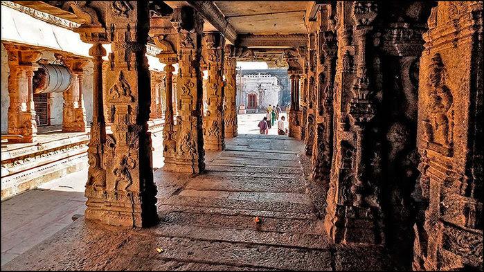 Резные колонны храма Вирупакши в Хампи/3673959_6 (700x393, 138Kb)
