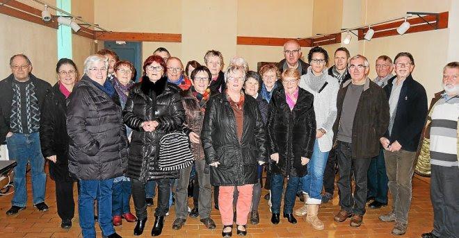 Réunis autour de Suzanne Méliarenne et Emmanuelle Hémery, les bénévoles et...