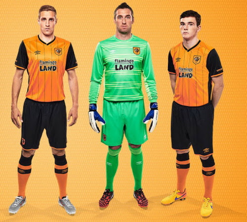 Nueva equipación del Hull City 2015 2016Hull City lucirá un diseño llamativo uniforme a rayas para la temporada 2015-16.El nueva camiseta del Hull City local 15-16 combina el color naranja principal tradicional con seis rayas negras en la parte delantera. Es la primera vez desde 2009-10 esa camiseta del Hull City cuenta con camisetas de futbol a rayas.Umbro combina el cuerpo principalmente naranja del Nueva primera equipación del Hull City 2015 2016 con mangas negras.El v-cuello de la nueva camiseta del Hull City local 15-16 es principalmente negro con adornos de color naranja, mientras que las letras Tigres está impreso en la parte posterior bajo el escote.El frontal del Nueva primera equipación del Hull City 2015 2016 contará con el logotipo llamativo Flamingo Land por primera vez en la historia del club.El logotipo cuenta con letras en negro sólido con un esquema blanco.Pantalón negro y medias de color naranja con el ajuste negro completan el nueva camiseta del Hull City local 15-16.