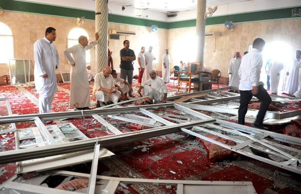 Parentes de vítimas se reúnem nos escombros da mesquita de Imam Ali, na Arábia Saudita, após ataque reivindicado pelo grupo Estado Islâmico (Foto: Reuters)