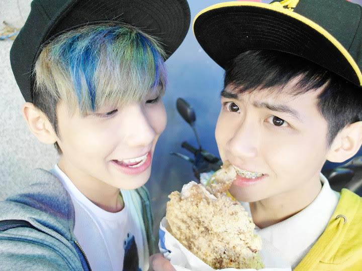 typicalben and randyys eating Hao Da Chicken Cutlet 豪大大鸡排 Taiwan