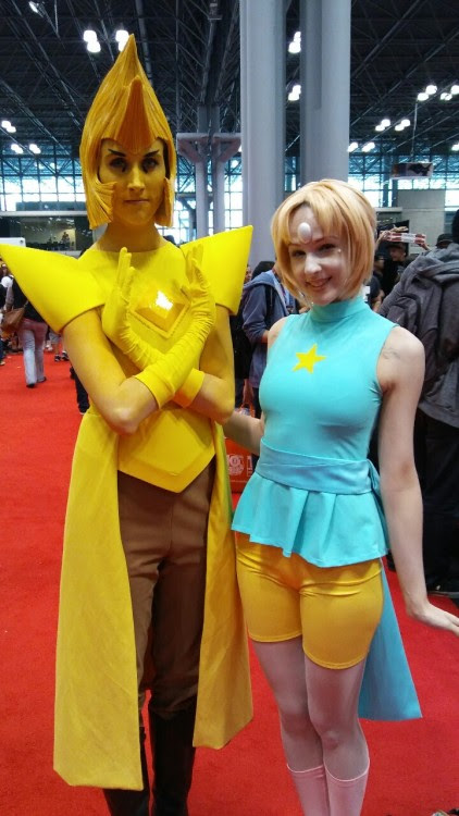 Omg its Yellow Diamond and Pearl. So amazing and if the cosplayers are out there thank you so much for posing for a photo!