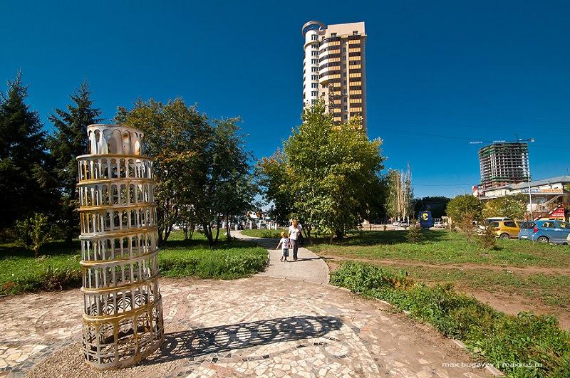 скульптура Пизанская башня в Новосибирске. Фото