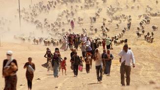 Desplaçats de la minoria yazidita que fugen de la violència de les forces lleials a Estat Islàmic, a la zona fronterera de Síria (Reuters)