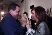 Chávez habla con Cristina Fernández durante la sesión extraordinaria de  UNASUR