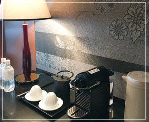 客室のバーコーナー。壁紙が和風なんです。
