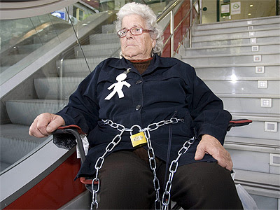 Ángeles Belmonte se ha encadenado hoy a la oficina de una entidad bancaria en Almería. EFE