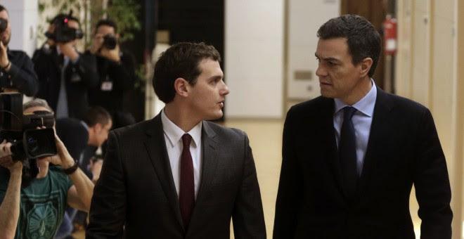 El secretario general del PSOE, Pedro Sánchez, y el presidente de Ciudadanos, Albert Rivera, en su última reunión en el Congreso. Archivo EFE