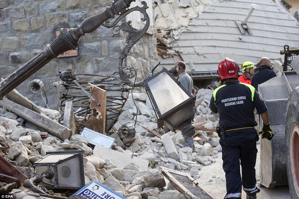 Luzes fora: Muitos moradores descreveram como suas cidades foram mergulhou na escuridão quando aconteceu o terremoto.  Os membros do Protezione Civile (Protecção Civil) são vistos aqui em Amatrice