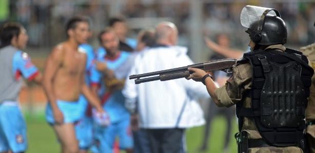 Policial aponta arma para jogadores do Arsenal durante confusão no Independência