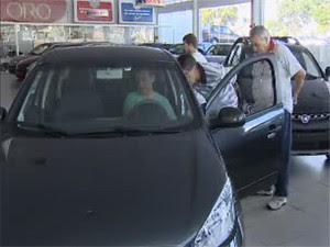 Consumidores procuram últimos descontos em concessionárias (Foto: Reprodução/TV Vanguarda)