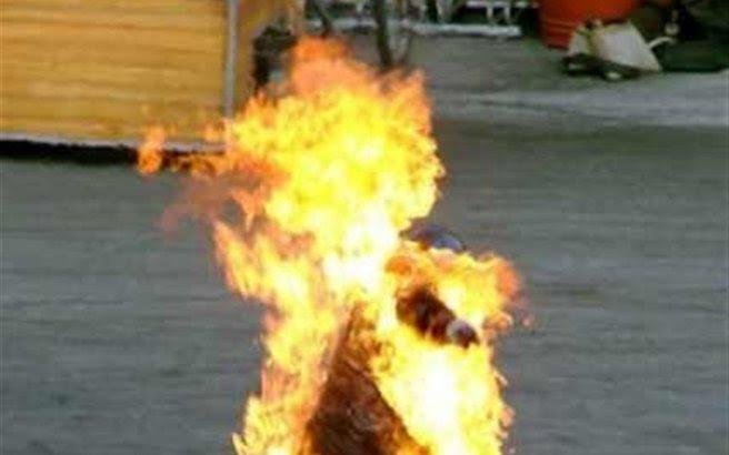 Γιος έκαψε τη μητέρα του ζωντανή προσπαθώντας να αυτοκτονήσουν μαζί